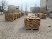 Камень песчаник природный на палетах.