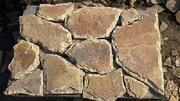 Камень песчаник природный со сколом.