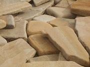 Камень песчаник природный окатанный.