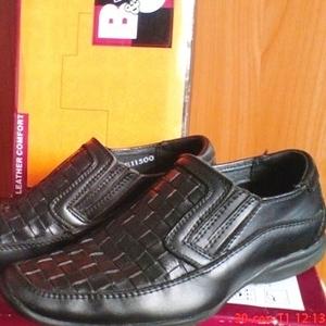 Школьные туфли на мальчика 30 разм. черного цвета