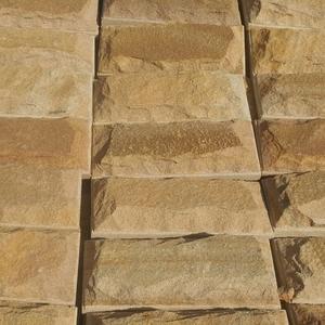 Плитка со сколом из камня песчаника природного.